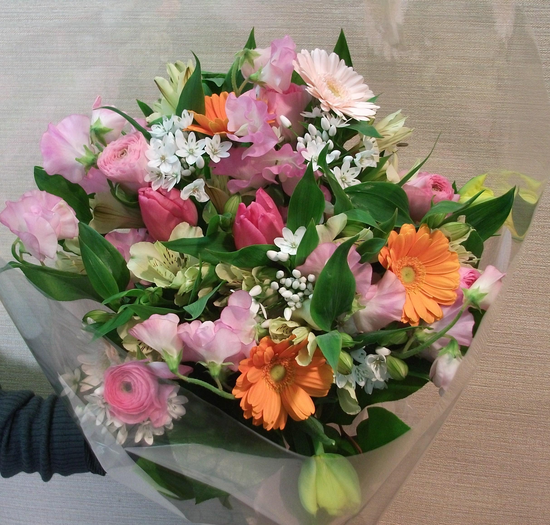 4200円のおまかせミックス春らしい花束
